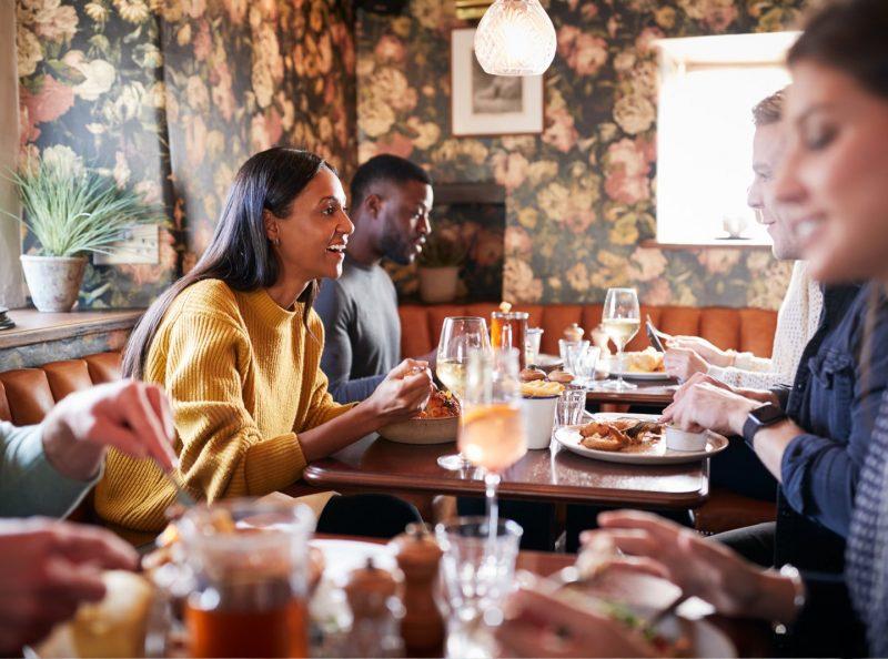 Mysigt fik med människor runt bord