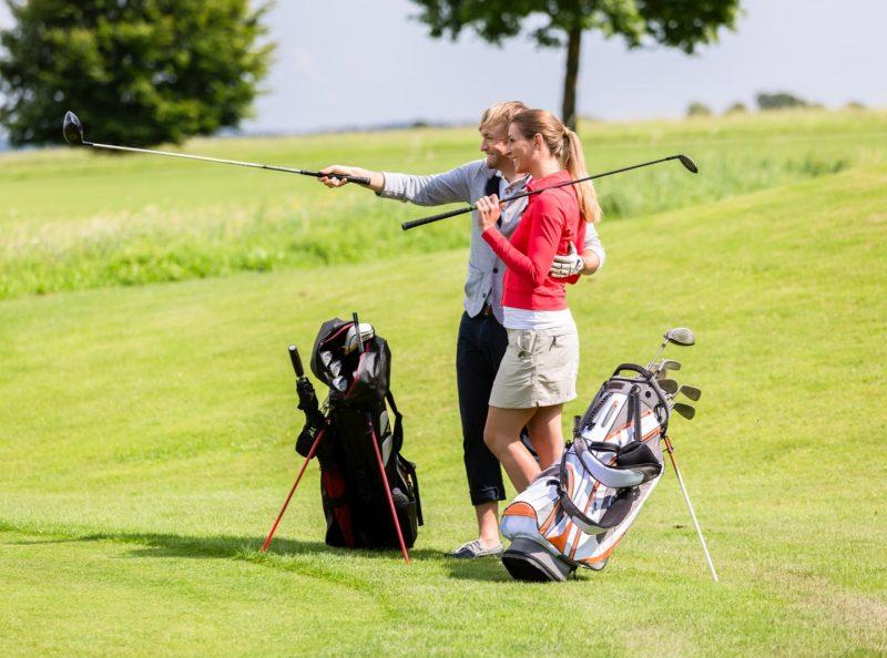 Två golfspelare på golfbana